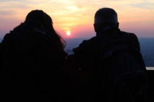 Couple coucher de soleil coutances tourisme